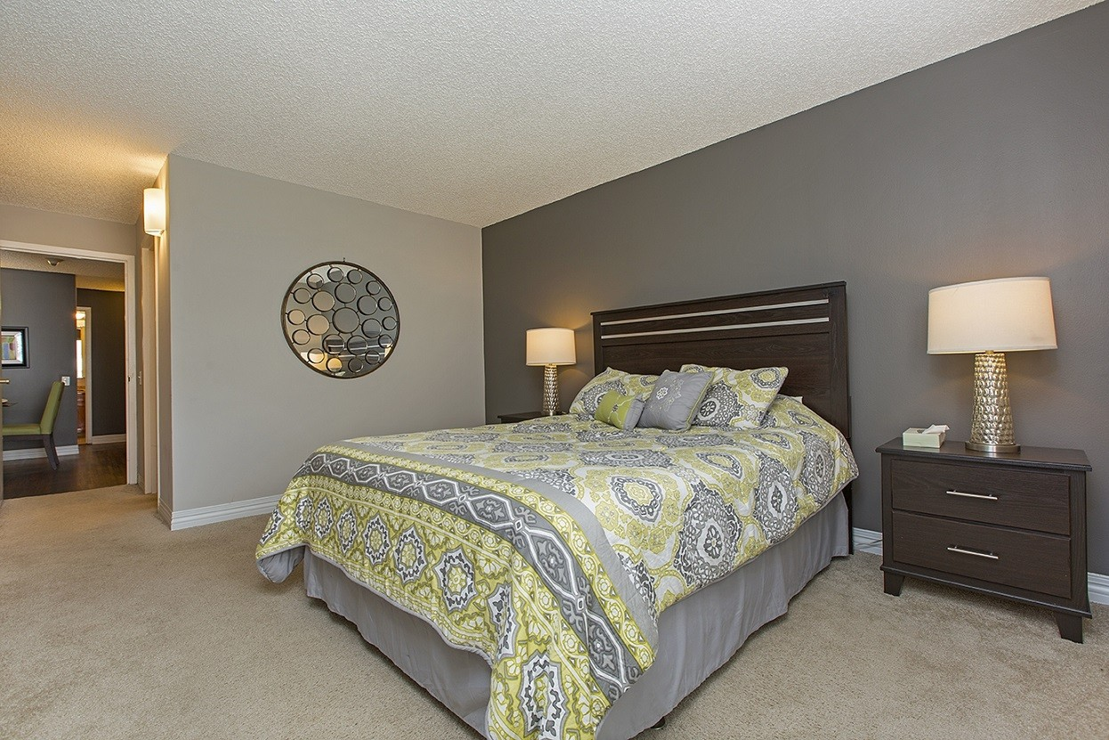 100 West Chestnut Apartments: Bedroom