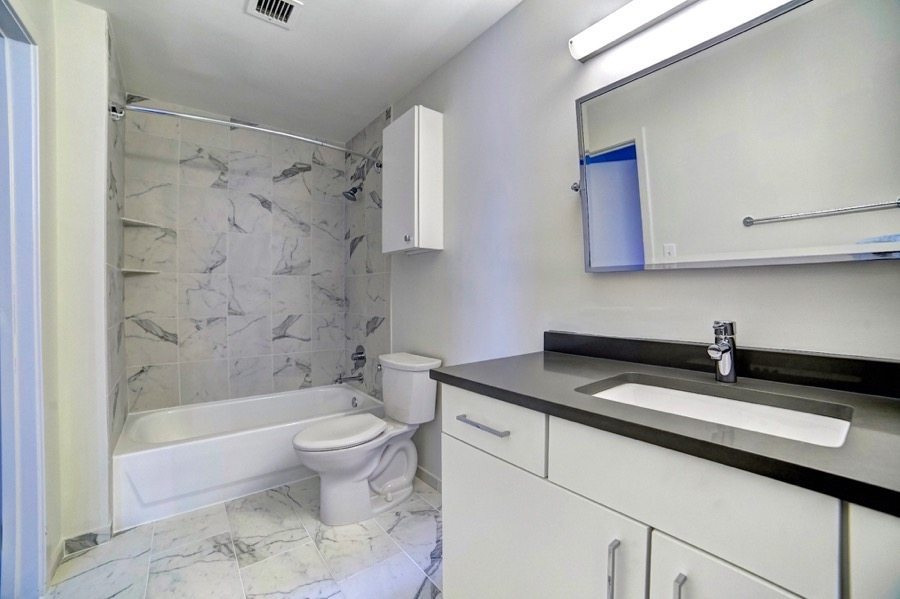 222-saratoga-apartments-baltimore-md-bathroom