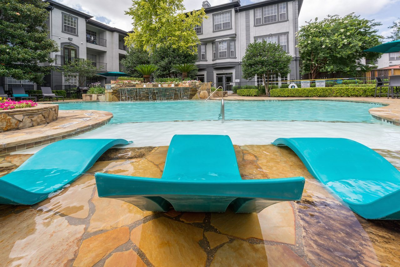 12-camden-midtown-houston-texas-apartments-two-resort-style-pools-with-water-features-and-tanning-shelf-4