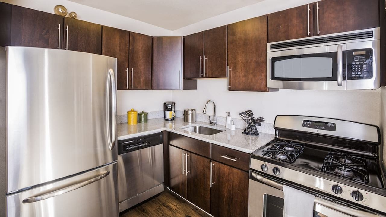 dc-apartments-near-the-metro-the-view-at-waterfront-apartments-southwest-waterfront-apartments-kitchen